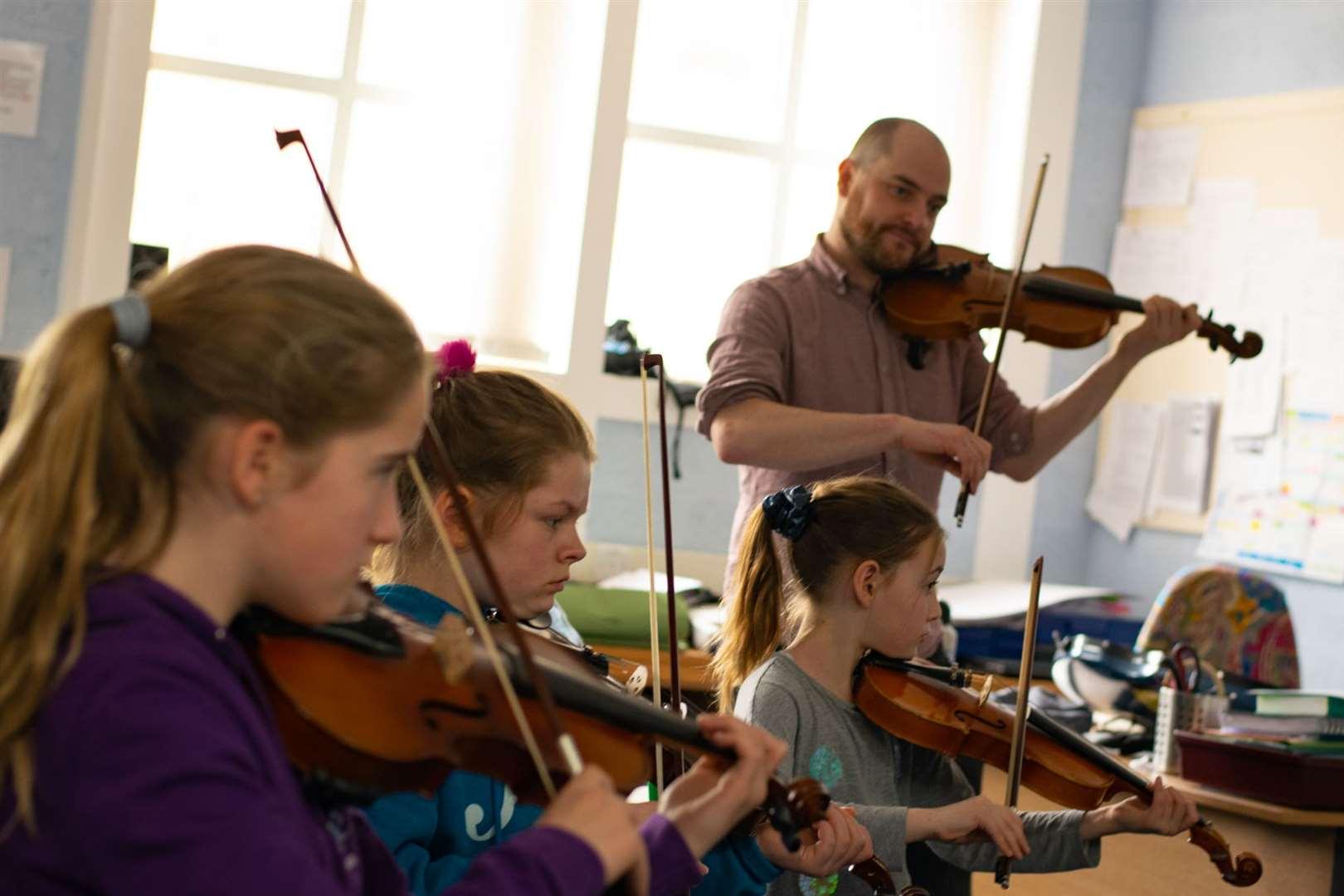 Music studets at a Fèis Rois lesson pre-Covid.