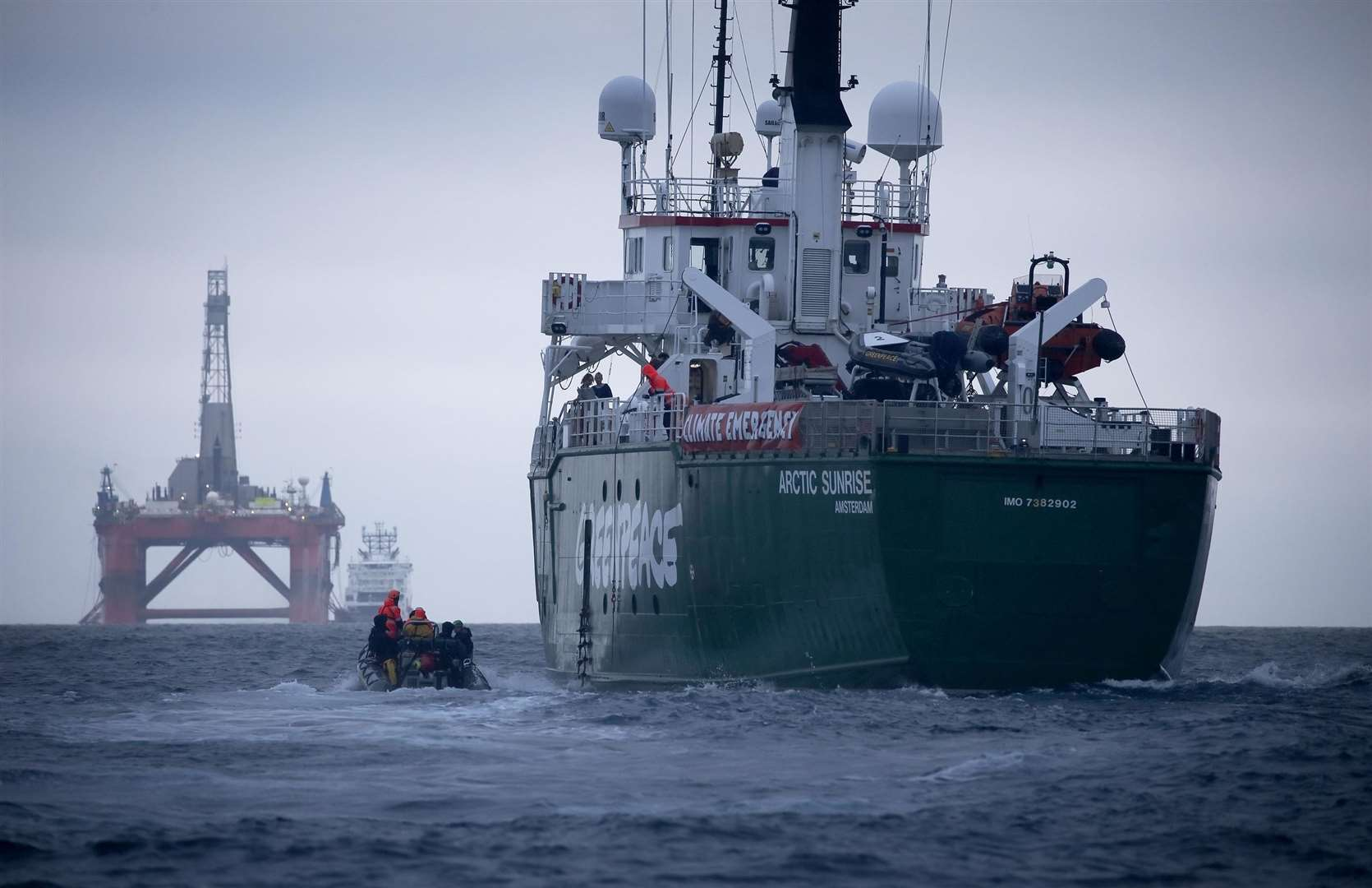 BP rig makes u-turn amid Greenpeace protest